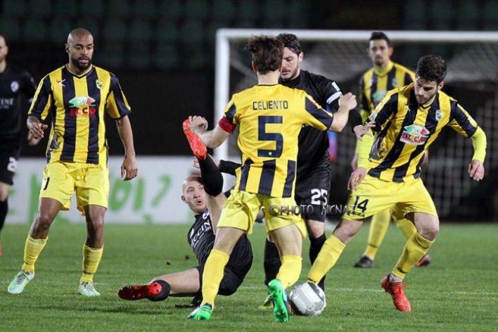 Vassallo spegne i sogni gialloblu, il Siena vince 1-0 e resta in vetta